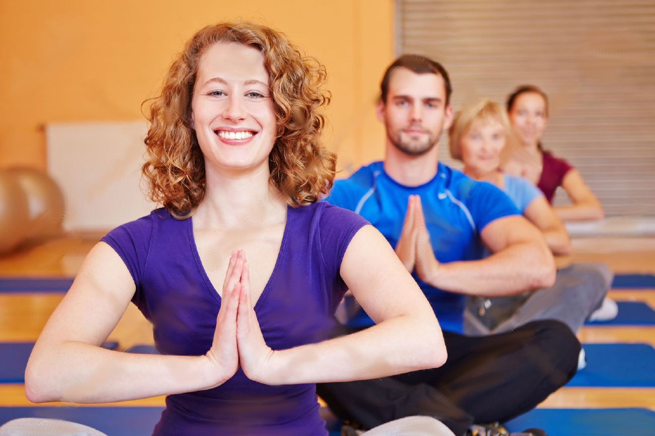 16502523-Felice-donna-sorridente-in-classe-di-yoga-